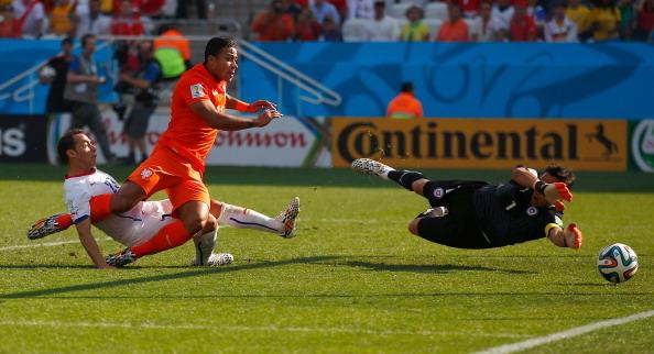 SAO PAULO, BRAZIL - JUNE 23:  Memphis Depay of the Netherlands shoots and scores his team's secon...